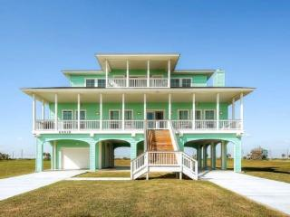 Luxurious home w/ ocean views, shared pool, hot tub, & more! - World vacation rentals