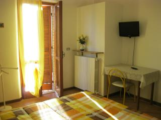 Apartment near Assisi private parking and little g - Bastia Umbra vacation rentals