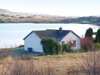 WOODLANDS COTTAGE, detached cottage on the banks of Loch Snizort, ground floor, open fire, beautiful views, near Portree, Ref 91 - Portree vacation rentals