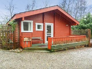 SPRUCE LODGE, detached log cabin, single-storey, pet-friendly, walks and cycle routes in the area, in Strathpeffer, Ref 30494 - Strathpeffer vacation rentals
