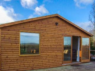 LOG CABIN AT FURLONGS FARM, detached cabin with hot tub, en-suite, woodburner, views, Ripple Ref 914043 - Uckinghall vacation rentals