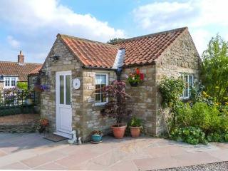 PEG'S COTTAGE, detached, ground floor, WiFi, gas fire, garden with furniture, near Helmsley, Ref 917006 - Helmsley vacation rentals