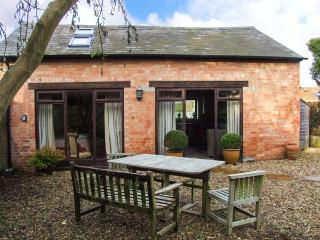 ORCHARD COTTAGE, detached, old brick cottage, en-suite, pet-friendly, romantic retreat, near Stratford-upon-Avon, Ref 917275 - Stratford-upon-Avon vacation rentals