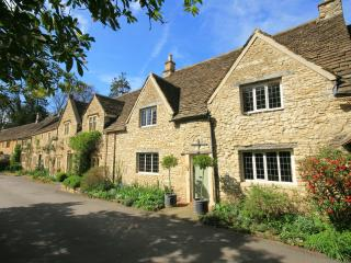 Beautiful Cottage with Deck and Internet Access - Castle Combe vacation rentals