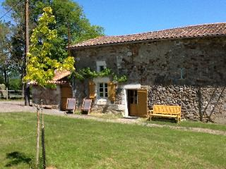 Cozy 2 bedroom Montbron Gite with Outdoor Dining Area - Montbron vacation rentals