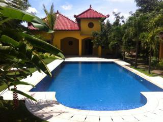 Ada Waktu, Yogyakarta,Spacious Bungalow, AC, Pool! - Pleret vacation rentals