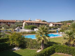 Al poggio - Trilocale con terrazzo e piscina - Polpenazze del Garda vacation rentals