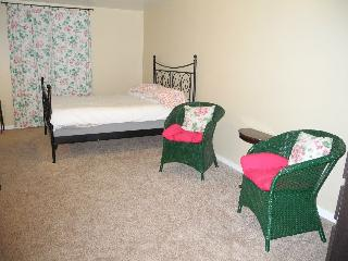 1 BR Apt in Pittsburgh's Little Italy 25% off Feb. - Pittsburgh vacation rentals