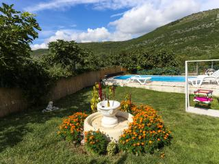 Apartment Desin- Three-Bedroom Apartment with Terrace and Garden View - Molunat vacation rentals