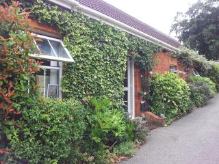 Charming 2 bedroom Bungalow in Hitchin with Internet Access - Hitchin vacation rentals