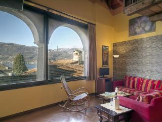 CHARMING CENTRAL TOPFLOOR  APARTMENT LAKE VIEW - Orta San Giulio vacation rentals
