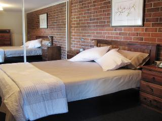Romantic 1 bedroom Condo in Penguin with Deck - Penguin vacation rentals
