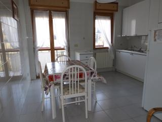Charming 3 bedroom Condo in Termoli with Elevator Access - Termoli vacation rentals