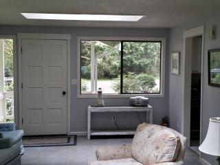 Beautiful 3 bedroom Anderson Island Cottage with Dishwasher - Anderson Island vacation rentals