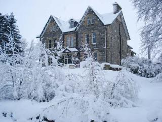 SUIDHE LODGE, impressive property for groups, open fires, hot tub in Kincraig Ref 22429 - Newtonmore vacation rentals