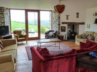 THRESHING BARN, shared swimming pool, woodburner, parking, garden, in Great Torrington, Ref 914961 - Devon vacation rentals