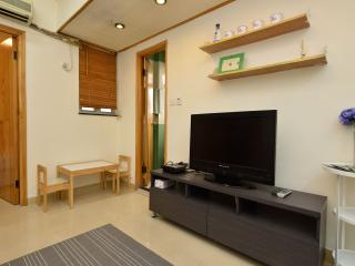 Lovely 3-Bdr Apt 1-9 ppl Downtown Close to MRT - Hong Kong vacation rentals
