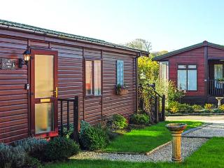 THE COASTAL LODGE, cottage close to picturesque walks, beaches and Port Isaac, with a private garden, in St Teath, Ref 15943 - St Teath vacation rentals