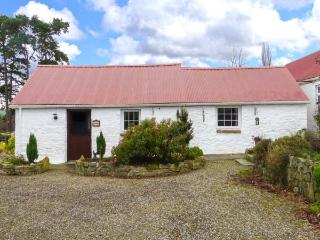 THE ROOST, single-storey cottage with woodburner, garden, en-suite, close Aughrim Ref 918702 - Aughrim vacation rentals