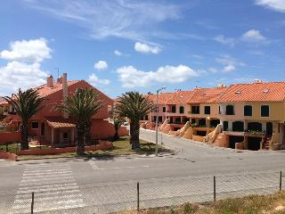 Bright 4 bedroom Peniche Townhouse with Linens Provided - Peniche vacation rentals