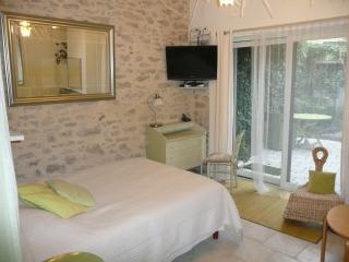 Romantic 1 bedroom Milly-la-Foret Gite with Internet Access - Milly-la-Foret vacation rentals