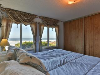 Ocean View. Honeymoons. Hot Tub. Secluded. $199 - Lincoln City vacation rentals