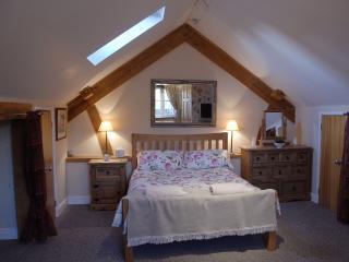 Double en-suite bedroom in courtyard development - Chapmanslade vacation rentals