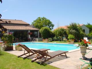 Cottage with pool (usually sole use) + garden room - Semoussac vacation rentals