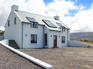 THE HIGH FIELD, sea views, unusual layout, woodburner WiFi, Sky TV, detached cottage near Cahersiveen, Ref. 905261 - Cahersiveen vacation rentals