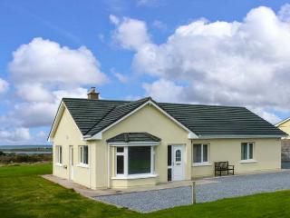 ATLANTIC VIEW, detached cottage near harbour and Blue Flag beaches, lawned garden, in Fenit, Ref 917503 - Fenit vacation rentals