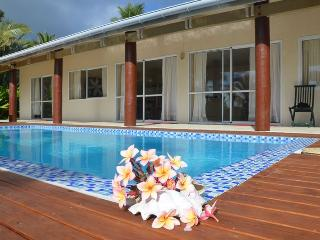 POUARA OCEAN VIEW right on beach & swimming pool - Ngatangiia vacation rentals