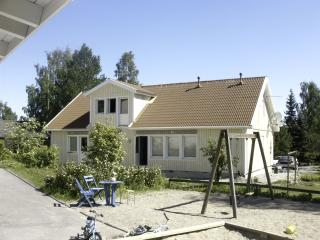 Large quiet Villa, Sauna Garden terraces 8-12 person 4 bedrooms WIFI lake (1 km) - Helsinki vacation rentals