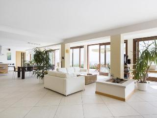 Bright 4 bedroom Toscolano-Maderno Villa with Deck - Toscolano-Maderno vacation rentals