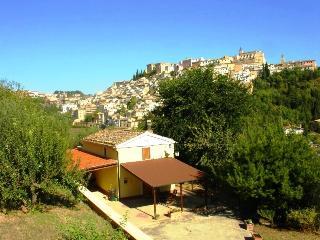 Perfect 2 bedroom Loreto Aprutino House with Outdoor Dining Area - Loreto Aprutino vacation rentals