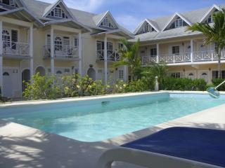 Cozy Condo with Internet Access and A/C - Runaway Bay vacation rentals