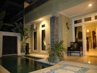 KUTA - 6 bedrooms - 4 bath - Breakfast daily - ri - Kuta vacation rentals