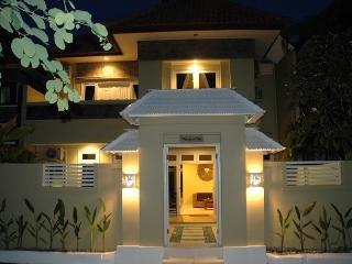 KUTA - 6 bedrooms - 4 bath - Breakfast daily - ri - Kuta vacation rentals