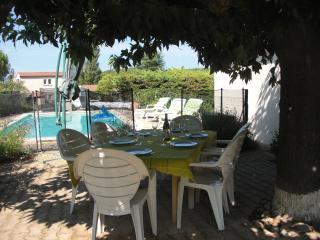 VILLA SPACIEUSE avec PISCINE PROCHE DE NIMES 6 P - Nages-et-Solorgues vacation rentals