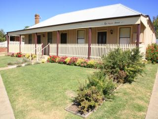 Nice Cottage with A/C and Central Heating - Gulgong vacation rentals