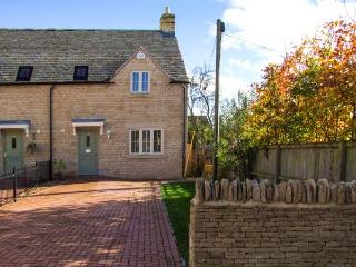 JUBILEE MEWS, WiFi, underfloor heating, en-suite, pet-friendly cottage, great Cotswolds location, near Cheltenham, Ref. 918509 - Whittington vacation rentals