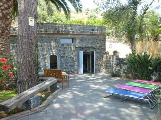 tipica casa siciliana sul mare immersa nel verde - Carruba vacation rentals