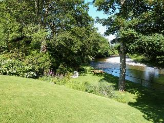 FELIN SHIP, high quality mill conversion, riverside setting, close to amenities yet peaceful location in Dolgellau, Ref 15568 - Dolgellau vacation rentals