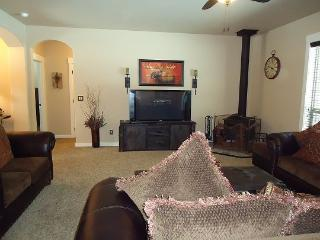 Crane Shores Chalet - 4 bedrooms, 2 baths, Satellite TV - Sleeps 9. Private wooded lot with sunny backyard and lawn area. - Cascade vacation rentals