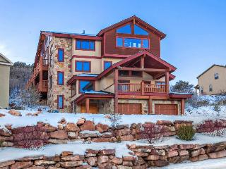 Elegant townhouse w/ hot tub, game room, & access to a shared pool and gym! - Park City vacation rentals