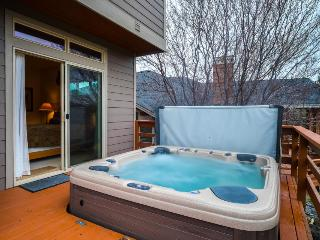 Enjoy private hot tub, shared pool, expansive deck w/views of Ridge Golf Course! - Redmond vacation rentals
