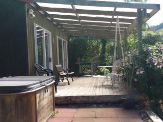 Perfect 2 bedroom Cottage in Katikati with Deck - Katikati vacation rentals
