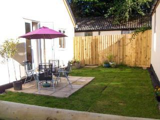 DUMBLEDORE, ground floor, pet-friendly, enclosed garden, WiFi, near Gt.Torrington, Ref 919077 - Langtree vacation rentals
