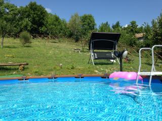 Romantica casetta con piscina privata e wi fi - Pieve Torina vacation rentals