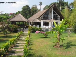 Villa Lagu, luxury beach villa with pool/ jacuzzi - Lovina vacation rentals