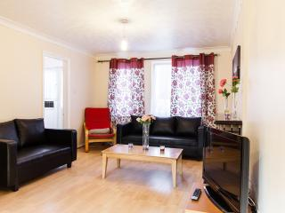 Cosy 3 Bed Town House With Parking - London vacation rentals